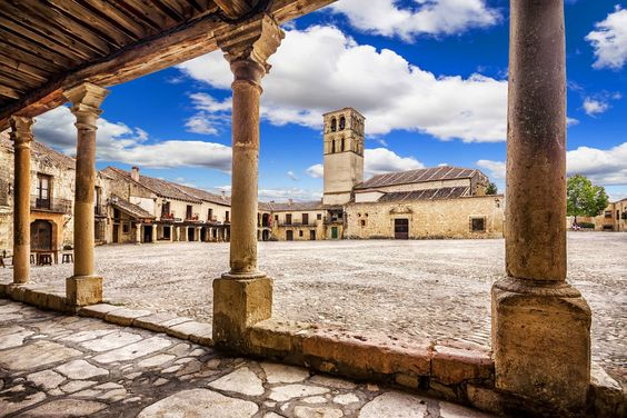 http://www.shutterstock.com/es/pic-147435980/stock-photo-plaza-mayor-main-square-of-pedraza-village-segovia-castilla-y-leon-spain.html?src=mCWcpilYfEdXIA9gv9-aqg-1-1